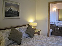 Ensuite king size bedroom in Scarvataing Cottage - Click for larger version